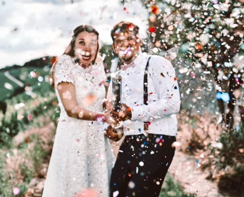 Brautpaar schießt Fotograf mit Konfetti-Kanone ab